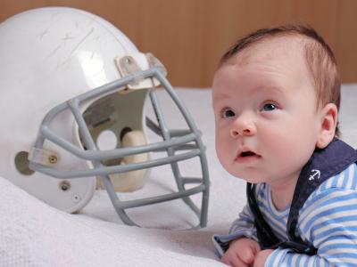 un casco de rugbi que simula un casco ortopédico