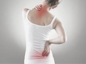 Chica molesta con dolor de espalda