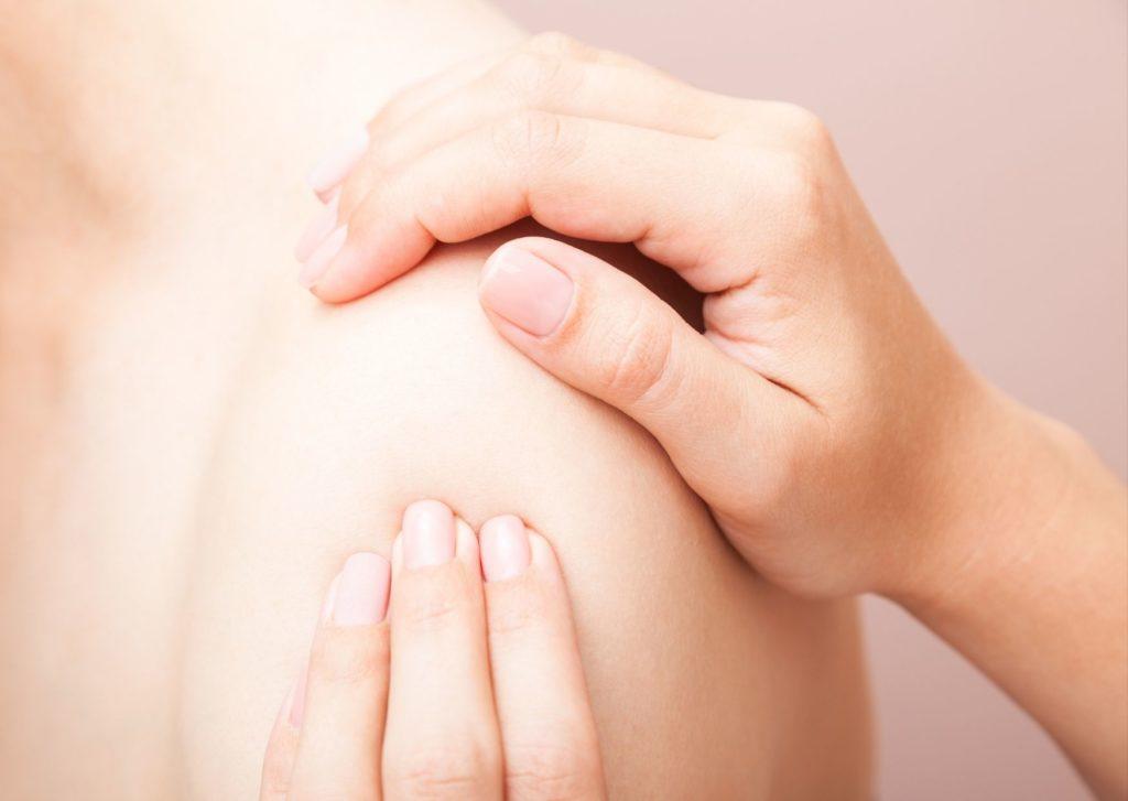Diferencia entre fisioterapeuta y osteópata. manos tratando un hombro